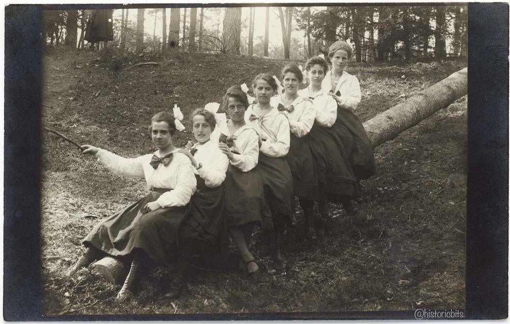 women pose on a tree trunk in nuernberg,1921