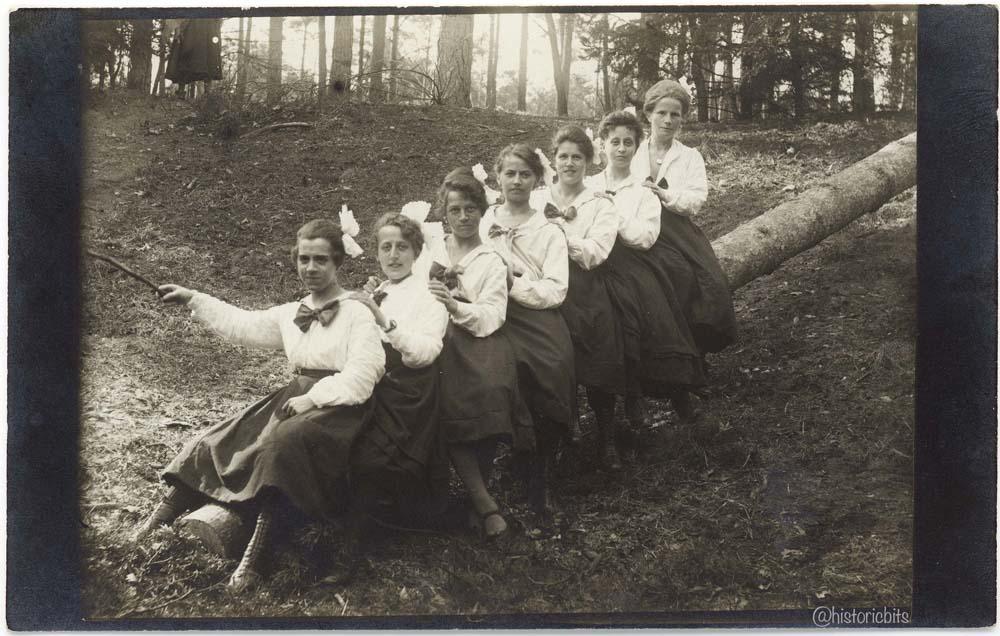 women pose on a tree trunk in nuernberg,1921