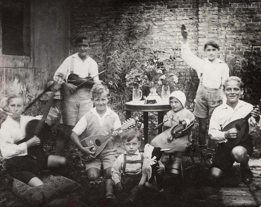 Music in the Backyard,Berlin,c.1930